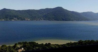 Órgãos informam que a Lagoa da Conceição está imprópria para banho.