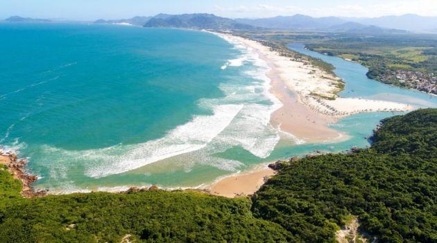 Balneabilidade no estado de Santa Catarina está em 72% Com reforço nas regras sanitárias Governo amplia capacidade dos hotéis. praia da guarda do embau