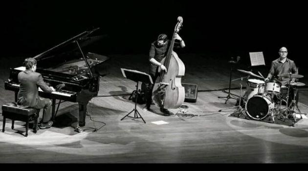Luiz Zago trio se apresenta em recital virtual.