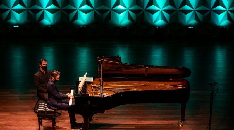 Animações criadas pela UFSC compõem show do pianista Pablo Rossi.