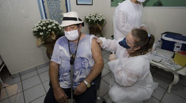 Há 10 meses sem ver as filhas, seu José se emociona ao receber a vacina