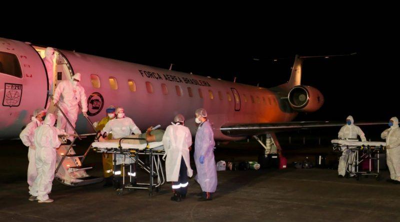Florianópolis recebe 11 pacientes de Manaus para tratar da COVID19