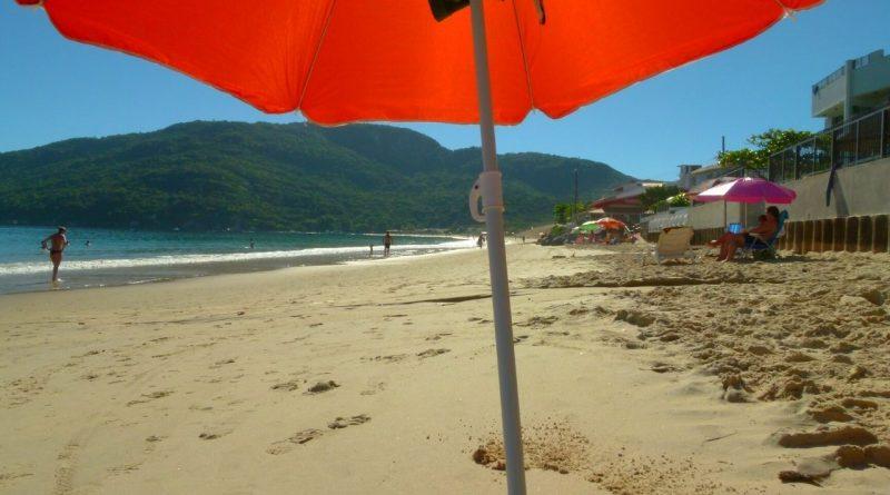 A Praia dos Ingleses, lendas e diversão no norte da ilha.