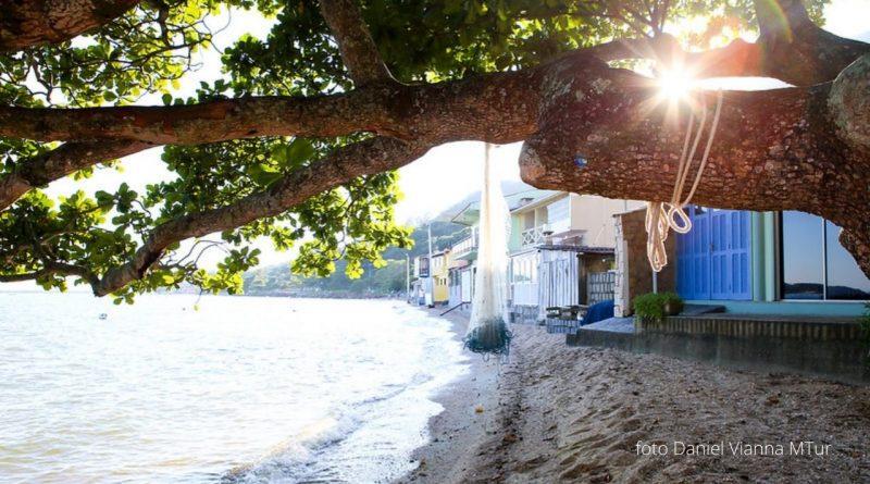 Ribeirão da ilha onde o vento sul bate forte.