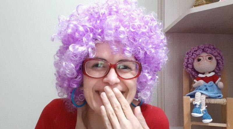 Professora interpreta personagem Vovó Neném para levar ações criativas para crianças.